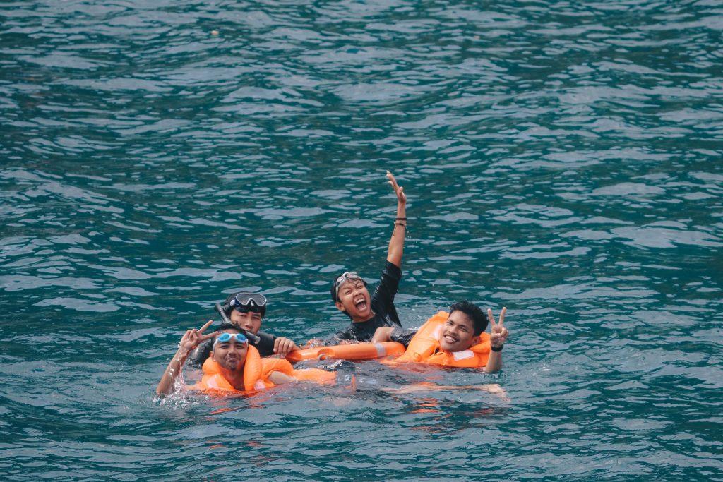 Berenang di laut Pulau Matasiri