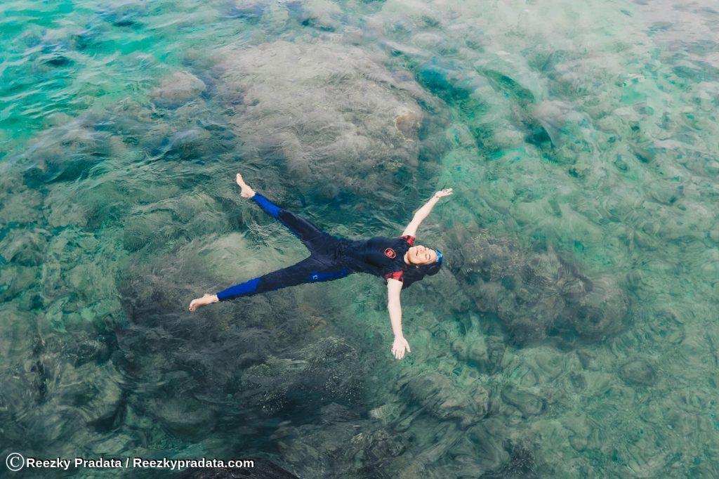 Menikmati perairan sekitar pulau Maradapan