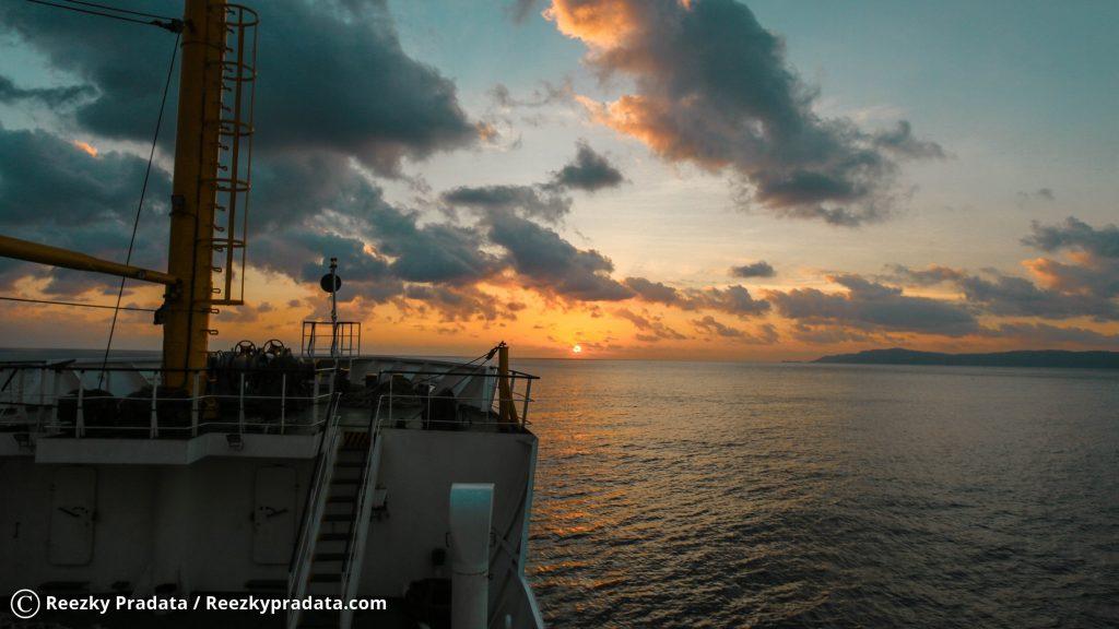 Pemandangan Pulau Maradapan saat Sunset
