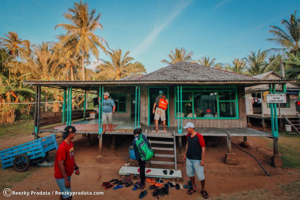 Tim ENJ mampir di salah satu rumah pulau Karamian